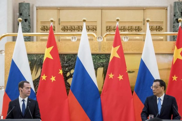 Chinese Premier Li Keqiang (R) speaks with Russian Prime Minister Dmitry Medvedev during a news conference at the Great Hall of the People in Beijing, December 17, 2015. REUTERS/Fred Dufour/Pool