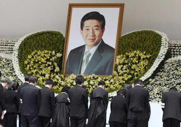 Family members of former South Korean president Roh Moo-hyun bow for Roh in a funeral service at the Gyeongbok Palace near the presidential Blue House in Seoul May 29, 2009. Weeping South Koreans jammed streets and dignitaries mourned at the funeral on Friday of Roh, who leapt to his death from a cliff a week ago after being snared in a corruption scandal.  REUTERS/Ahn Young-joon/Pool (SOUTH KOREA POLITICS OBITUARY) - RTXOWPT