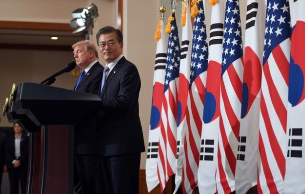 U.S. President Donald Trump and South Korea's President Moon Jae-in hold a joint press conference at the presidential Blue House in Seoul, South Korea, November 7, 2017. REUTERS/Jung Yeon-Je/Pool - RC178B9275E0