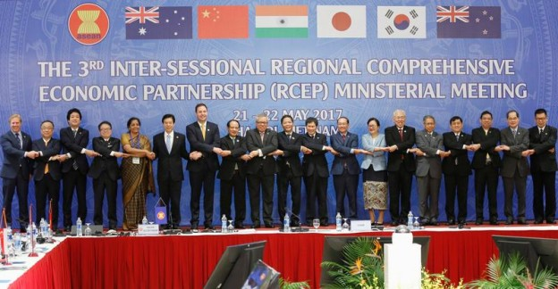 Trade ministers pose for a photo during the 3rd Inter-sessional Regional Comprehensive Economic Partnership (RCEP) Ministerial Meeting in Hanoi, Vietnam May 22, 2017. REUTERS/Kham - RC167F93FE00
