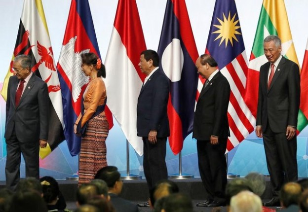 ASEAN leaders Malaysia's Prime Minister Mahathir Mohamad, Myanmar's Aung San Suu Kyi, Philippines' President Rodrigo Duterte, Vietnam's Prime Minister Nguyen Xuan Phuc and Singapore's Prime Minister Lee Hsien Loong leave after a group photo during the opening ceremony of the 33rd ASEAN Summit in Singapore November 13, 2018. REUTERS/Edgar Su - RC1F9FFFC3F0