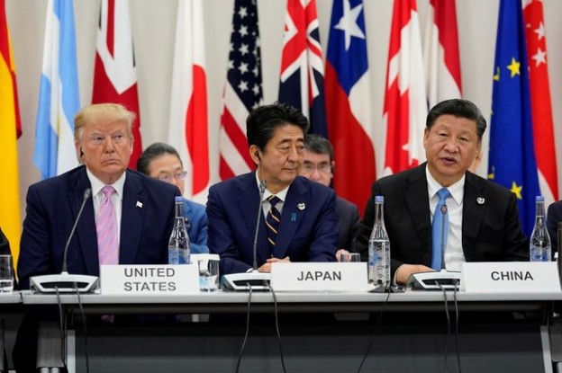 Japan's Prime Minister Shinzo Abe is flanked by U.S. President Donald Trump and China's President Xi Jinping during a meeting at the G20 leaders summit in Osaka, Japan, June 28, 2019.  REUTERS/Kevin Lamarque - RC1D49F184E0