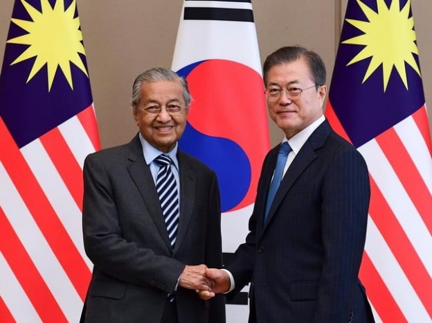 Malaysian Prime Minister Mahathir Mohamad shakes hands with South Korean President Moon Jae-in before their summit at the Presidential Blue House in Seoul, South Korea, November 28, 2019. Kim Min-hee/Pool via REUTERS - RC22KD9XT1SG