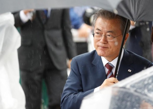 South Korean President Moon Jae-in arrives ahead of the G20 leaders summit in Osaka, Japan June 27, 2019. REUTERS/Jorge Silva - RC1C012CD420