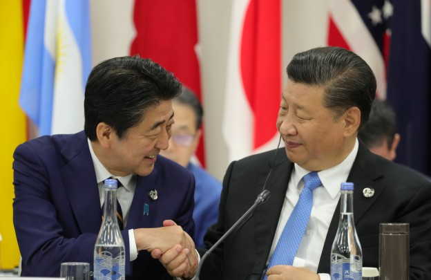 Japan's Prime Minister Shinzo Abe shakes hands with China's President Xi Jinping during the G20 summit in Osaka, Japan June 28, 2019. Sputnik/Mikhail Klimentyev/Kremlin via REUTERS  ATTENTION EDITORS - THIS IMAGE WAS PROVIDED BY A THIRD PARTY. - RC1A5FC709D0