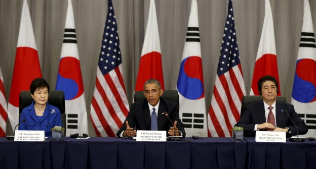 U.S. President Barack Obama  takes part in a trilateral meeting with South Korean President Park Geun-Hye (L) and Japanese Prime Minister Shinzo Abe at the Nuclear Security Summit in Washington March 31, 2016.  REUTERS/Kevin Lamarque      TPX IMAGES OF THE DAY      - GF10000367154